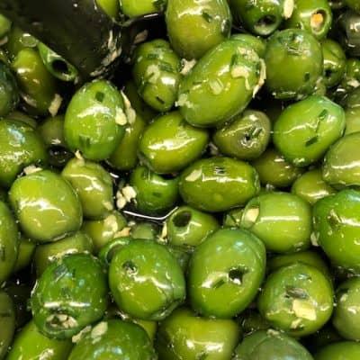 Gras groene olijven met knoflook en bieslook